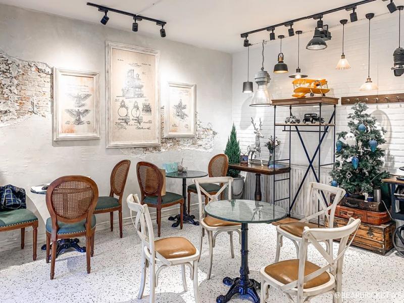 B. Story Cafe là một ngôi nhà trắng muốt xinh xắn xuất hiện chưa lâu tại đường Tú Xương yên tĩnh