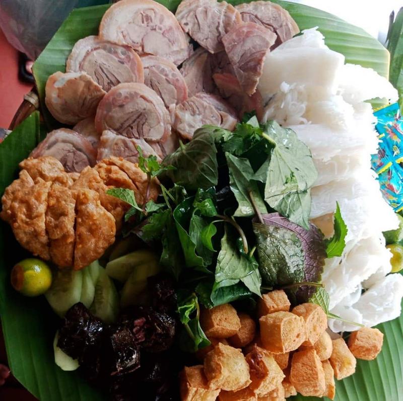 Món ăn được đầu tư từ phần bún đến chất lượng các topping đi kèm như thịt luộc, chả cốm, nem rán,...