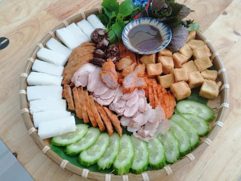 Món ăn đậm đà vừa miệng, mẹt bún được bày trí trông rất hấp dẫn và đúng điệu bún đậu Hà Nội