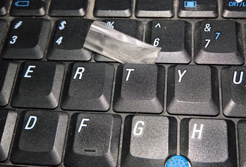 Cách vệ sinh bàn phím máy tính bằng băng keo
