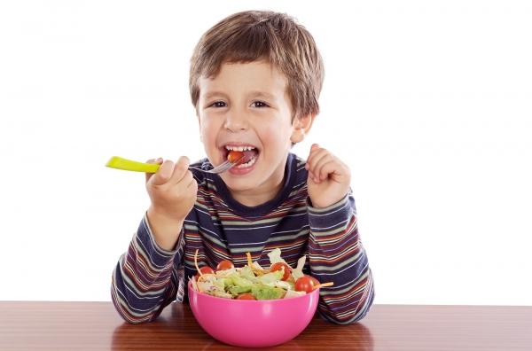 Dạy con tự lập bằng cách cho trẻ tự xúc ăn