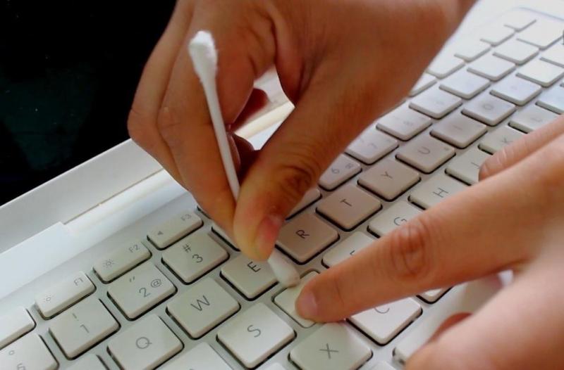 Dùng tăm bông để vệ sinh bàn phím máy tính