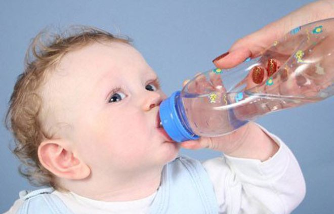 Trẻ uống nhiều nước giúp tăng khả năng miễn dịch