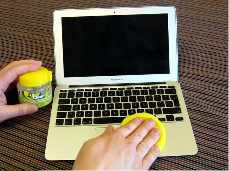 Lau nhẹ bàn phím máy tính bằng bông ẩm