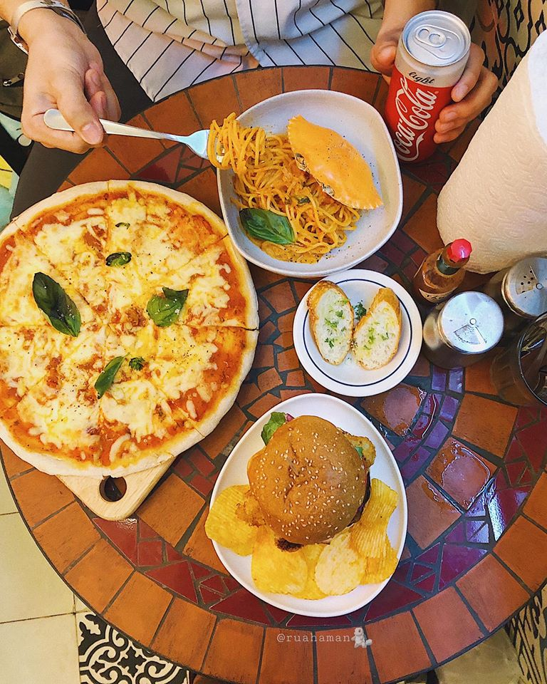 Pizza Margherita là loại pizza rất đáng để bạn trải nghiệm khi đến quán ăn này