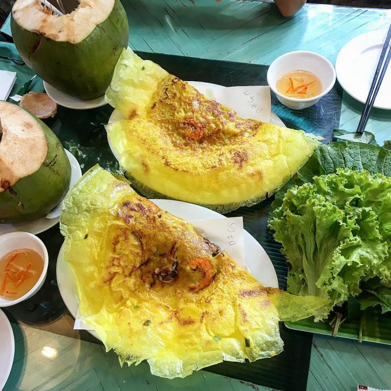 Bánh ăn cùng đĩa rau to, xanh mướt mơn mởn nhìn thật thích mắt.