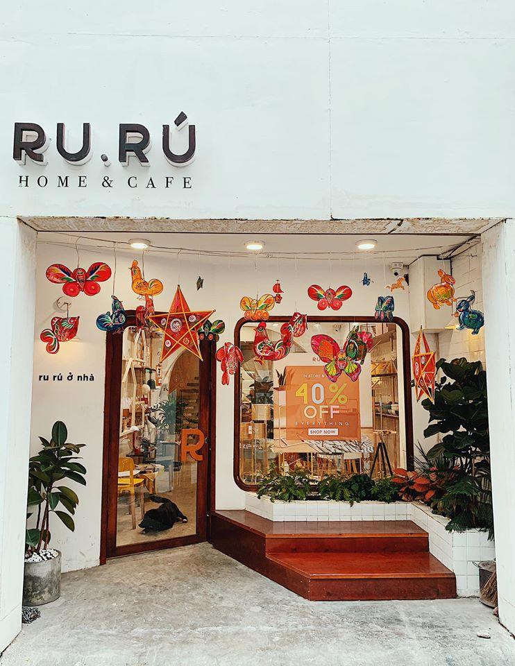 Ru Rú Cafe gây ấn tượng với một không gian tinh tế với gam màu trắng mang nét đẹp nhã nhặn.
