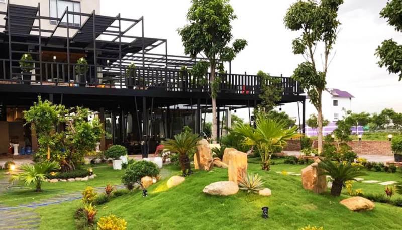 Quán có không gian rộng, thoáng mát và yên tĩnh điều đặc biệt là phong cách trang trí rất thiên nhiên với nhiều cây xanh và cây cảnh