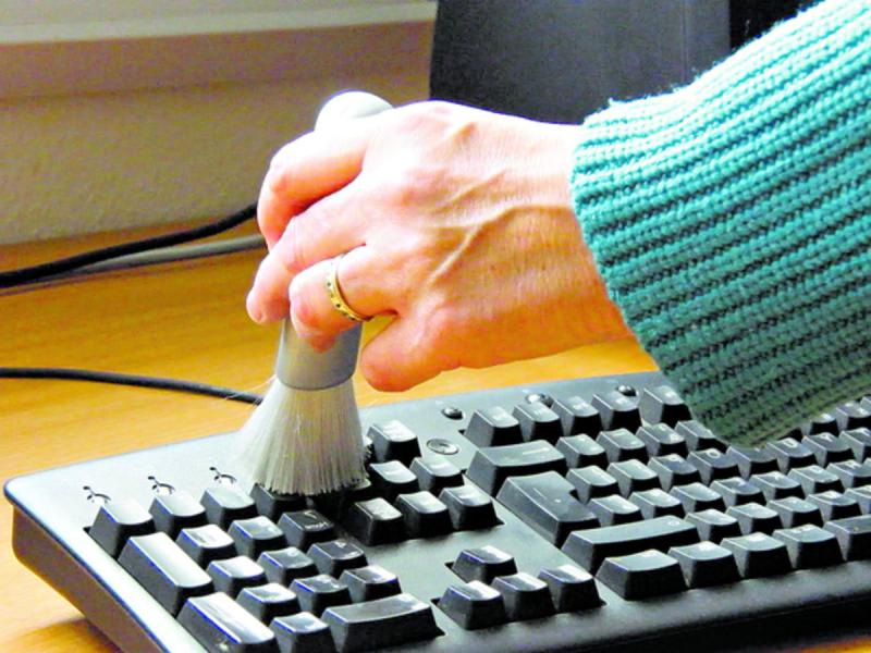 Sử dụng cọ mềm quét sạch những khe bàn phím