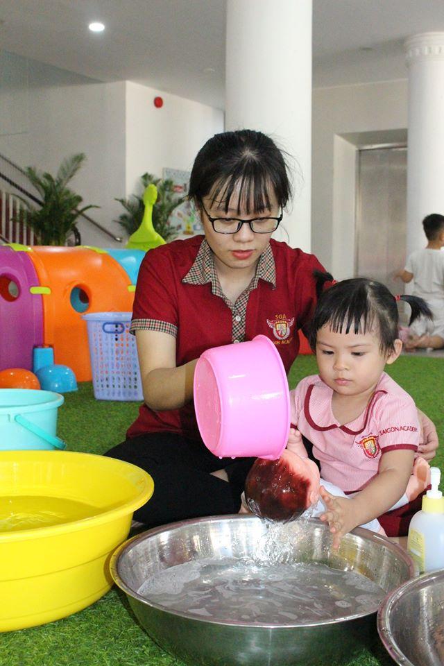 Tắm cho thú bông là hoạt động được rất nhiều bé yêu thích và thúc đẩy sự rèn luyện của tay và mắt