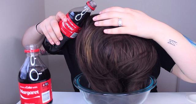 Sau khi gội đầu xong với nước Coca Cola, bạn sẽ thấy mình trở nên xinh đẹp hơn