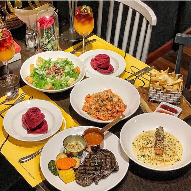 Không gian ấm cúng, có phần sang trọng, menu đa dạng, nổi bật với steak và pasta