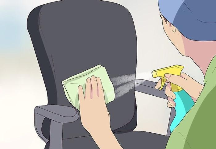 Chỉ cần dùng nước lau chuyên dụng và khăn mềm thì có thể vệ sinh ghế xoay bằng da dễ dàng